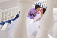 Kyssa för brud och för brudgum Royaltyfri Bild
