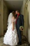 kyssa för brudbrudgum Arkivfoto