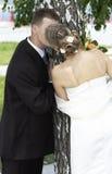 kyssa för brudbrudgum Arkivbilder