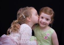kyssa för flickor royaltyfria foton