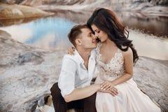 Kyssa för härliga par förälskat och krama sammanträde på vagga Arkivbilder