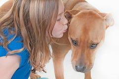 kyssa för hundflicka Royaltyfria Bilder