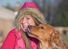 kyssa för hundflicka som är tonårs- Fotografering för Bildbyråer