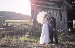 Kyssa för nygift personpar Arkivfoton