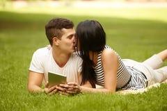 kyssa för par kyssande ståendebarn för caucasian par Royaltyfri Foto