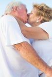 kyssa för par som är gammalt Royaltyfri Fotografi