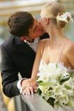kyssa för par som nytt att gifta sig Arkivfoton