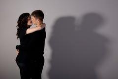 kyssa för pojkeflicka fotografering för bildbyråer