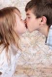 kyssa för pojkeflicka Arkivbild
