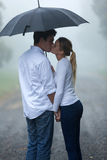 Kyssa för pojkvänflickvän arkivbild