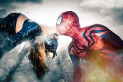 Kyssa för Spiderman och för Catwoman Förundra sig komikerkändisar folk för monster för exponering för animeringtecken passande ko Arkivfoton