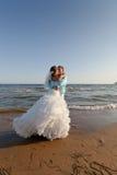 kyssa för strandbrudbrudgum Royaltyfria Foton
