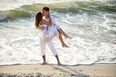 kyssa för strandpar Arkivbilder