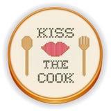 Kyssa kocken Cross Stitch Embroidery på det Wood beslaget Arkivfoto