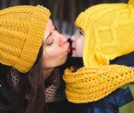 kyssa moder s Fotografering för Bildbyråer