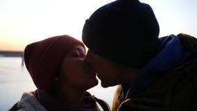 Kyssa på flodbanken på bron och den härliga solnedgången ultrarapid 1920x1080, full hd lager videofilmer