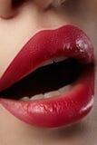 kyssa sött Närbild av kvinnas kanter med rött smink för mode Härlig kvinnlig mun, fulla kanter med perfekt makeup Arkivbilder
