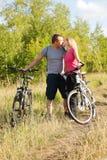 Kyssa under att cykla Royaltyfria Bilder