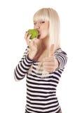 Kyssande äpple för ung kvinna och uppvisning hand av det ok tecknet Arkivbilder