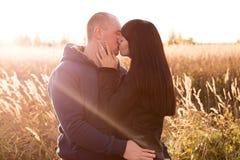 kyssande barn för par arkivfoto
