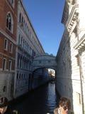 Kyssande bro Italien arkivbilder