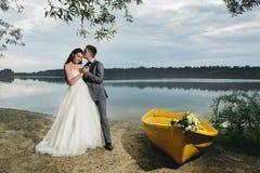 Kyssande brud för brudgum nära fartyget Arkivfoto