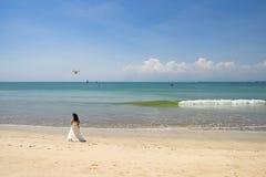 Kyssande brud och brudgum med surret på den härliga stranden, Bali Royaltyfri Bild