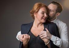Kyssande dam för tillgiven gentleman med fondness arkivbild