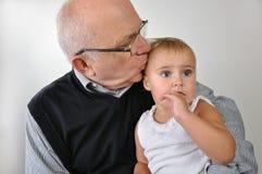 Kyssande dotter för hög man Arkivfoto