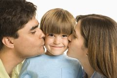 kyssande förälderson arkivbilder