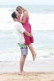 kyssande förälskelse Arkivbilder