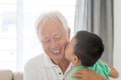 Kyssande farfar för barnbarn Arkivfoton