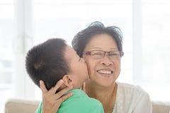 Kyssande farmor för barnbarn Royaltyfri Foto