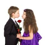 Kyssande flicka för pojke Kyssa för pys och för flicka Royaltyfri Fotografi