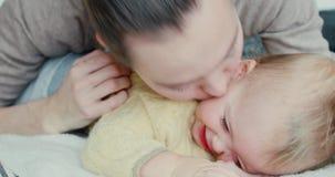 kyssande fruganbarn för pojke lager videofilmer