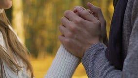 Kyssande fruhänder för make på det utomhus- datumet, försiktig förälskelseinställning som ska bli partner med arkivfilmer