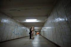 kyssande gångtunnel för par Royaltyfria Bilder
