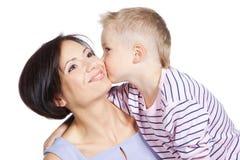 Kyssande härlig moder för pys över white Arkivbild