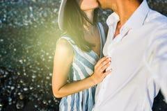 Kyssande härliga lyckliga par, kantjusterat horisontal Bröllopsresa av Royaltyfria Bilder