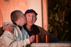 Kyssande höga par Royaltyfri Foto