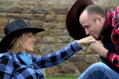 Kyssande hand för cowboy av cowgirlen Royaltyfri Bild