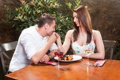 Kyssande hand för man på det romantiska datumet som har öknen Royaltyfri Bild