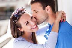 Kyssande kvinna för man utomhus Royaltyfri Bild