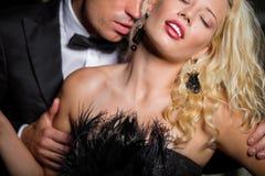 Kyssande kvinnas för man hals arkivfoton