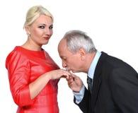 Kyssande kvinnas för man hand royaltyfria foton