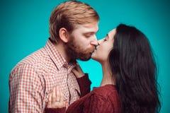 kyssande mankvinnabarn Arkivfoton