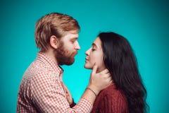 kyssande mankvinnabarn Royaltyfria Foton