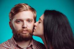 kyssande mankvinnabarn Royaltyfri Fotografi