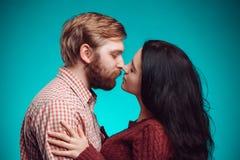 kyssande mankvinnabarn Arkivbilder
