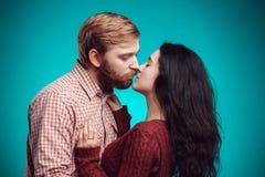 kyssande mankvinnabarn Royaltyfria Bilder